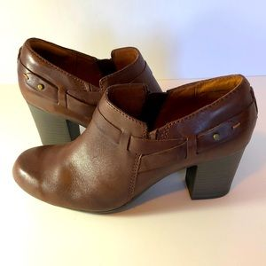 Clarks brown leather boot/shoe sz 9M